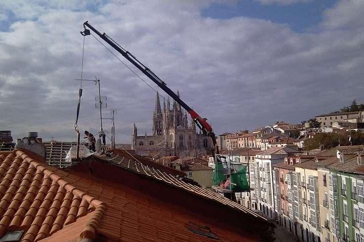 Camiones con grua para levantar mercancias en Burgos